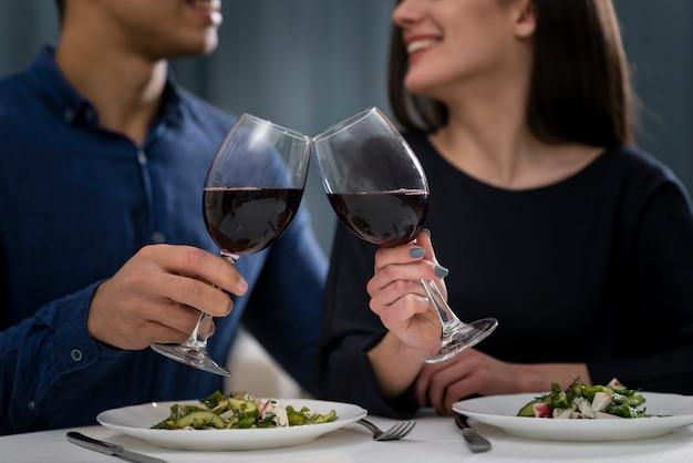 ロマンチックなバレンタインデーのディナーを持つ男性と女性の正面図