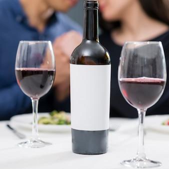 ボトルとワインのグラスでロマンチックなディナー