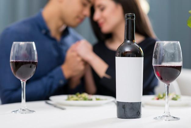 ロマンチックなバレンタインデーのディナーを屋内で持つ男女