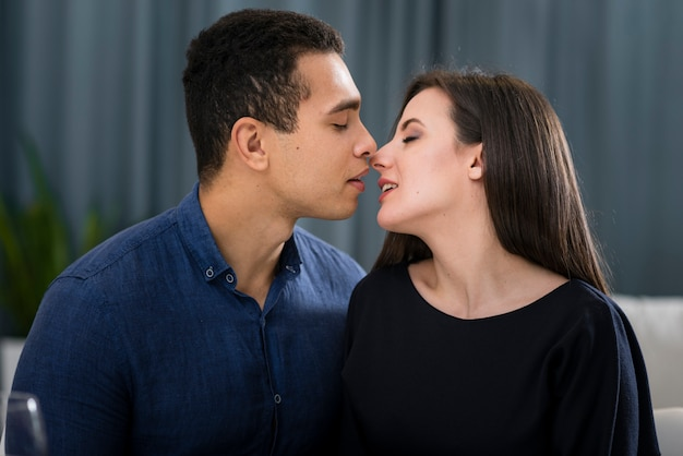 Пара почти целуется в помещении