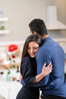 Пара празднует день святого валентина вместе