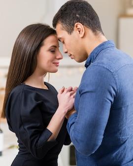 バレンタインの日に手を繋いでいるカップル