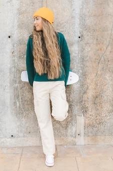 Портрет женщины с скейтборд открытый