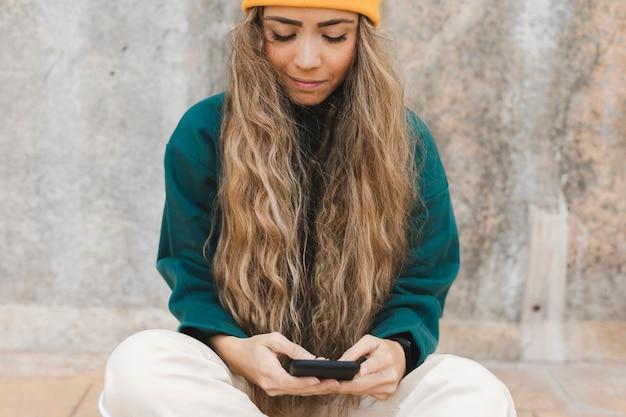 Высокий угол женщина с помощью мобильного