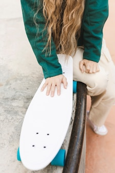 スケートボードでクローズアップ女性
