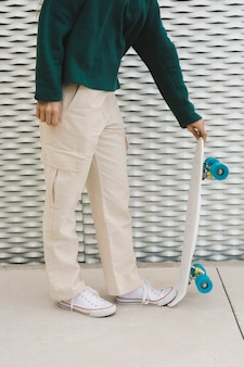 Макро молодая самка с скейтборд