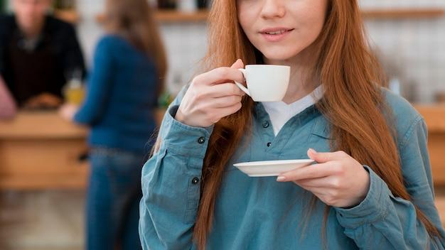 コーヒーを楽しむ女の子の正面図