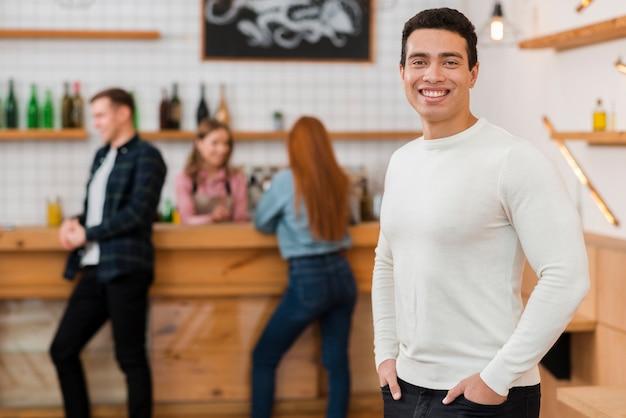 Вид спереди мальчика в кафе
