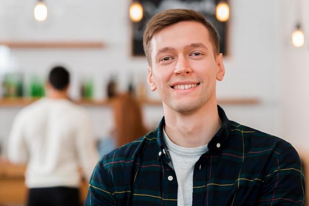 Портрет мило улыбающегося мальчика в кафе