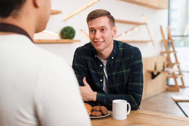Вид спереди друзей разговаривают друг с другом