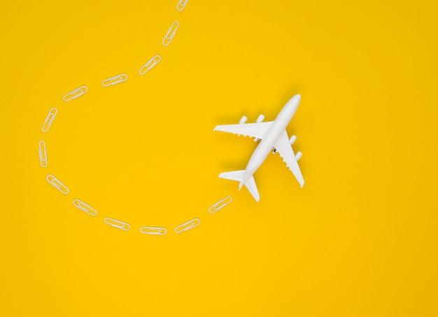 コピースペースを持つテーブルの上の飛行機のおもちゃ