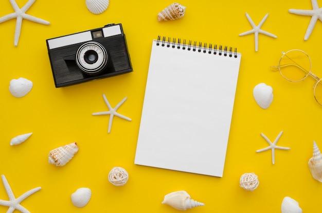 テーブルの上のカメラの横にあるノート