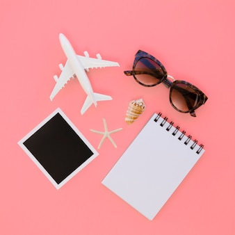 カメラとノートブックとフラットレイアウト飛行機