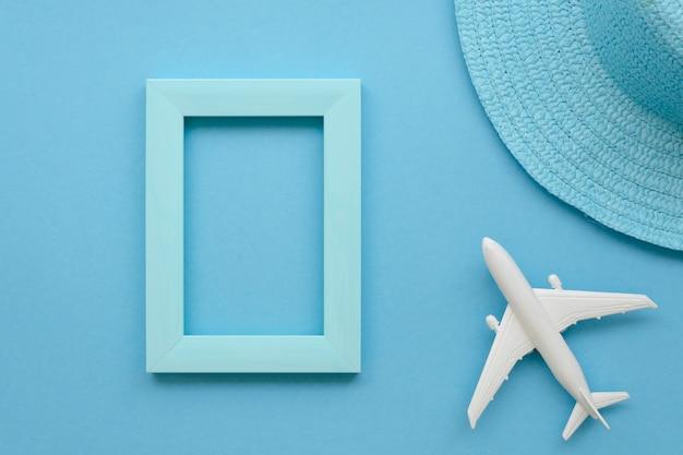 Рамка рядом с самолетом и шляпой
