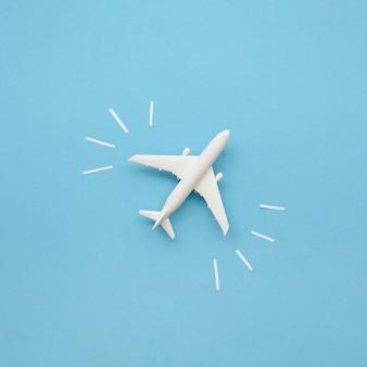 テーブルの上のフラットレイアウト飛行機