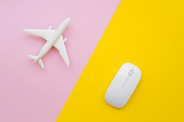 飛行機とテーブルの上のマウス
