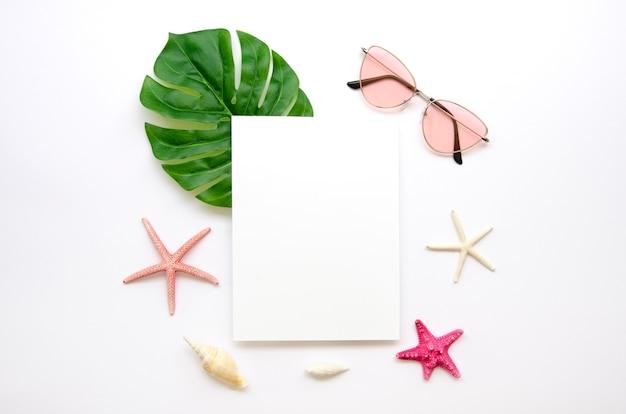 Солнцезащитные очки рядом с листом бумаги