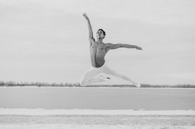 ジャンプポーズのバレエダンサー