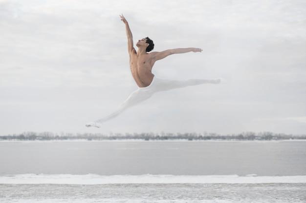 エレガントなジャンプポーズのバレエダンサー