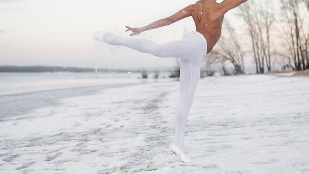 Танцор балета близкий выполняя напольный