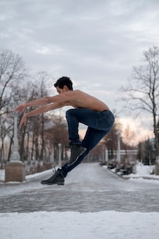 Молодой человек исполняет балет