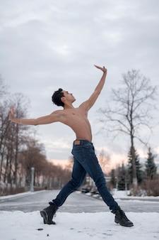 Низкий угол мужской танцевальный балет на открытом воздухе