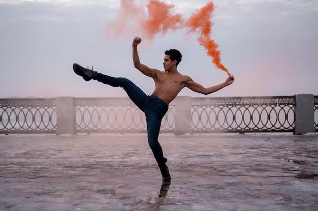 Человек высокого угла выполняя балет напольный