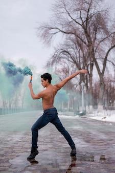 Высокий угол человек танцует балет на открытом воздухе