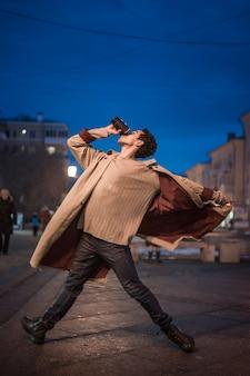 低角度の若い男ダンスバレエ