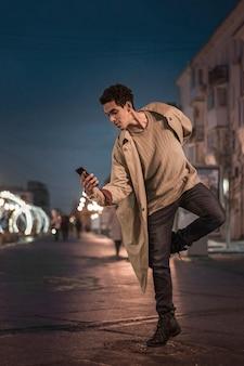 Артист балета танцует на мобильном