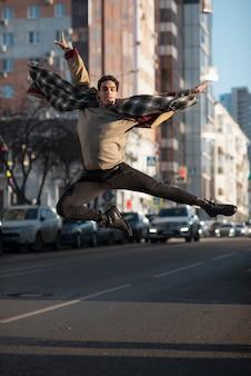 Танцор балета прыгает в воздухе