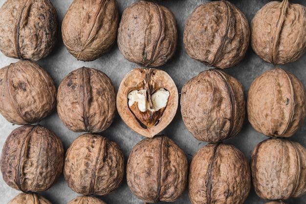 Крупный план расположения орехов