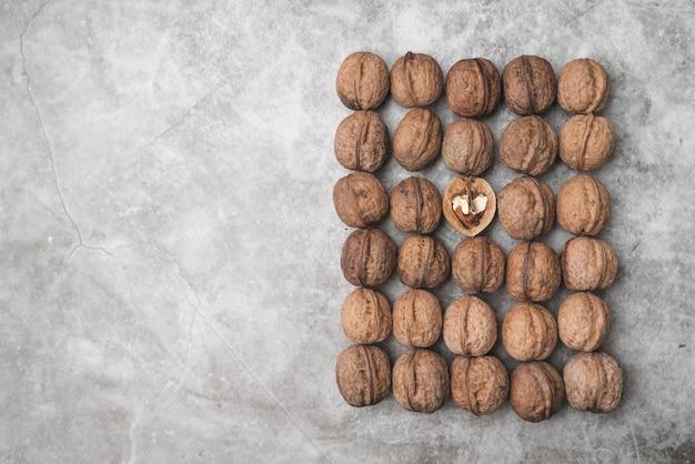 Вид сверху расположения орехов с копией пространства