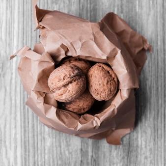 Крупный план орехов в бумаге