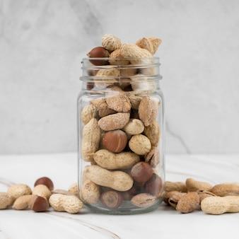 Вид спереди концепции банку с орехами