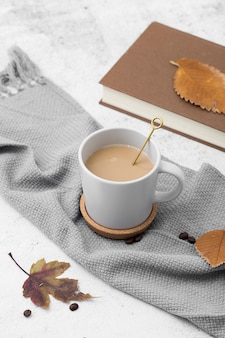 コーヒーのマグカップと高角度配置