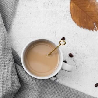 コーヒーカップと葉のトップビューの配置