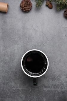 一杯のコーヒーと松ぼっくりのトップビューの配置