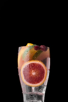 Стакан подкисленного напитка с апельсином