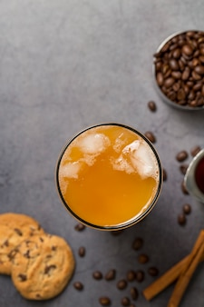 Композиция сверху с коктейлем и кофейными зернами