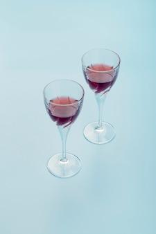 青色の背景に飲み物と高角度の配置