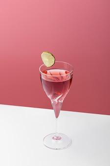 Композиция под большим углом с вкусным красным напитком