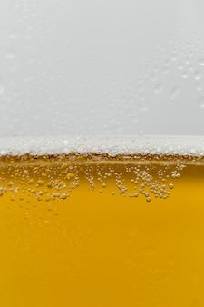 泡とさわやかなビールのクローズアップガラス