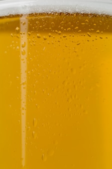 透明なガラスの泡とクローズアップビール