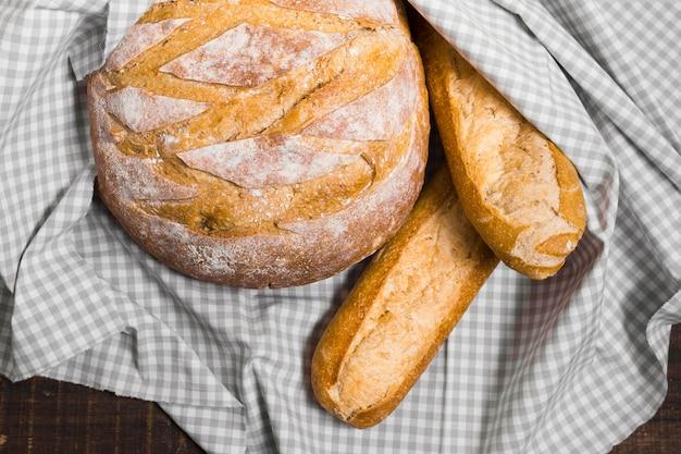 Вид сверху завернутые французские багеты и хлеб