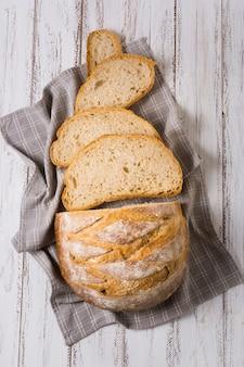 Вид сверху ароматных ломтиков хлеба