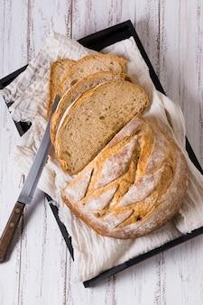 ベーキングトレイにナイフでパンの塊