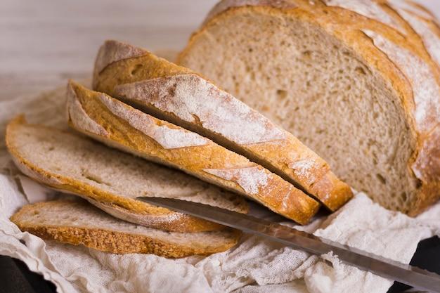 Буханки хлеба и нож вид спереди