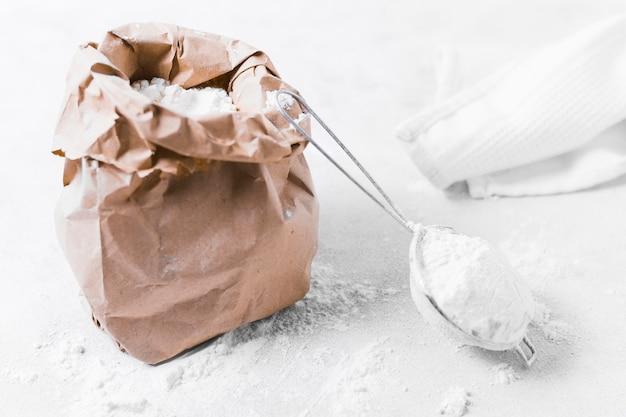 Вид спереди бумажный мешок с мукой и тканью