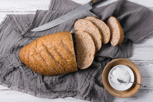 Горячие свежие буханки хлеба и сметаны